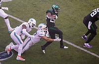 running back Bilal Powell (29) of the New York Jets wird von linebacker Vince Biegel (47) of the Miami Dolphins gestoppt - 08.12.2019: New York Jets vs. Miami Dolphins, MetLife Stadium New York