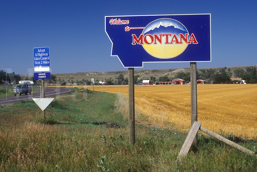 AJ0407, Montana, Welcome sign on highway welcomes visitors to Montana (welcome sign).
