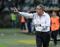 MEDELLÍN -COLOMBIA-11-03-2014. Gerardo Pelussa técnico de Nacional de Uruguay da instrucciones durante el aprtido contra Atlético Nacional de Colombia por la segunda fase, grupo 6 de la Copa Libertadores de América en el estadio Atanasio Girardot en Medellín, Colombia./ Gerardo Pelussa coach of Nacional of Uruguay gives directions during the match against Atletico Nacional of Colombia for the second phase, group 6 of the Copa Libertadores championship played at Atanasio Girardot stadium in Medellin, Colombia. Photo: VizzorImage/ Luis Ríos /STR