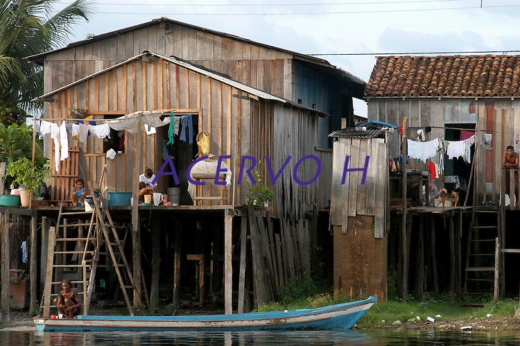 Palafitas na periferia de Altamira que serão atingidas por Belo Monte.<br /> Rio Xingu.<br /> Altamira, Pará, Brasil.<br /> Foto Paulo Santos<br /> 2006