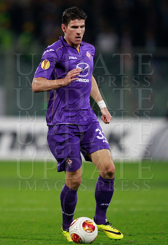 Calcio, ritorno degli ottavi di finale di Europa League: Fiorentina vs Juventus. Firenze, stadio Artemio Franchi, 20 marzo 2014. <br /> Fiorentina forward Mario Gomez, of Germany, in action during the Europa League round of 16 second leg football match between Fiorentina and Juventus at Florence's Artemio Franchi stadium, 20 March 2014. Juventus won 1-0 to advance to the round of eight.<br /> UPDATE IMAGES PRESS/Isabella Bonotto