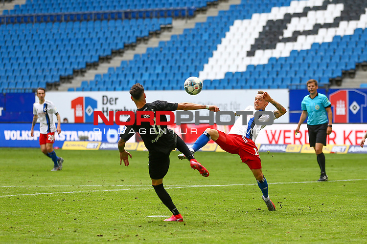 Sandhausens Mario Engels und Hamburgs Sonny Kittel beim Spiel Hamburger SV gegen den  SV Sandhausen in Hamburg / 280620<br />