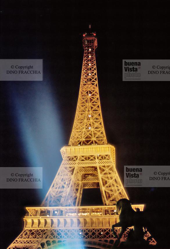 - Paris, the Tour Eiffel by night ....- Parigi, la Tour Eiffel di notte