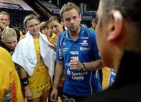 """1. Bundesliga Handball Damen - Frauen Handball BL DHB - Arena Leipzig - HC Leipzig : TSV Bayer 04 Leverkusen """"Handballelfen"""" - im Bild: Einschwören nach dem Sieg - mit Handtuch: Natalie Augsburg - Trainer / Coach Heine Jensen . Foto: Norman Rembarz..Norman Rembarz , Autorennummer 41043728 , Augustenstrt. 2, 04317 Leipzig, Tel.: 01794887569, Hypovereinsbank: BLZ: 86020086, KN: 357889472, St.Nr.: 231/261/06432 - Jegliche kommerzielle Nutzung ist honorar- und mehrwertsteuerpflichtig! Persönlichkeitsrechte sind zu wahren. Es wird keine Haftung übernommen bei Verletzung von Rechten Dritter. Autoren-Nennung gem. §13 UrhGes. wird verlangt. Weitergabe an Dritte nur nach  vorheriger Absprache.."""