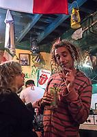 A late night discussion at a palador, La Habana Vieja