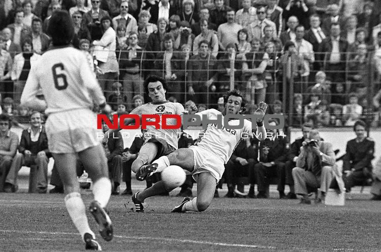 BS-Bremen. Aus 1. BL Saison 1976-77 Eintracht Brauschweig gegen Werder Bremen 0:1 am 07.05.1977. Am Ball BS Spieler Wolfgang Frank gegen Horst-Dieter Hoettges.                                                                                                    Foto:  nph / Rust