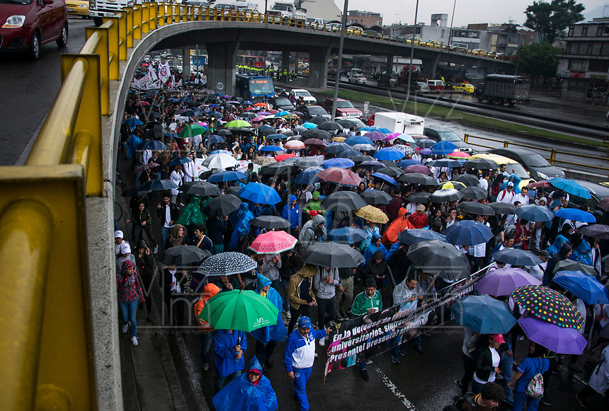 BOGOTA – COLOMBIA, 10-10-2018: Estudiantes salieron a las calles de Bogotá en una gran Marcha para protestar en contra de las medidas gubernamentales que propician la desfinanciación de la educación pública en Colombia. / Students go to the streets to protest against government policies that propend lack of budget of the public education in Colombia. Photo: VizzorImage / Nicolas Aleman / Cont