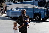 Roma, 19 Agosto 2017<br /> Donna con bambini<br /> Piazza indipendenza<br /> Polizia sgombera palazzo occupato da 4 anni da circa 500 rifugiati somali ed eritrei