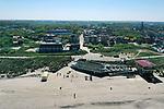 Foto: VidiPhoto<br /> <br /> DOMBURG - Het strand, maar ook de plaats Domburg oogt overlaten. Normaal rond deze tijd ziet het er zwart van toeristen en recreanten. Nu zijn ze niet welkom. De veiligheidsregio heeft de provincie op slot gedraaid. Voor ondernemers in de oudste en bekendste badplaats van Zeeland komen de klappen hard aan. Familiehotel Nehalennia heeft inmiddels een veiligheidsprotocol voor zijn gasten klaar liggen zodra het recreatieverkeer weer op gang komt. Foto: zich op het stadje Domburg.