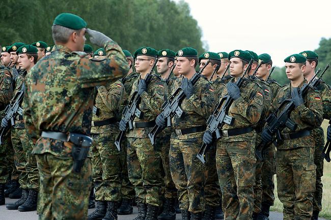 Quick Reaction Force, QRF, der Bundeswehr auf dem Truppenuebungsplatz Colbitz-Letzlinger Heide in Sachsen-Anhalt.<br />Am Freitag den 28. August 2009 wurde im Zuge einer Pressevorfuehrung auf dem Gelaende des Gefechtsuebungszentrum Heer, GUEZ, eine Uebung der ab September 2009 in Afghanistan stationierten Quick Reaction Force-Einheit 4 gezeigt. Die QRF-4 loest die QRF-3 ab.<br />Im Bild: Ehrenkompanie der Bundeswehr, angetreten zur Begruessung des Bundespaesidenten Horst Koehler, der sich auf Einladung der Bundeswehr einen Eindruck von der Einsatzvorbereitung gemacht hat.<br />28.8.2009, Truppenuebungsplatz Colbitz-Letzlinger Heide, Sachsen-Anhalt<br />Copyright: Christian-Ditsch.de<br />[Inhaltsveraendernde Manipulation des Fotos nur nach ausdruecklicher Genehmigung des Fotografen. Veroeffentlichung nur gegen Honorar, Urhebervermerk Christian Ditsch/version-foto.de und Belegexemplar. Verwendung des Bildes ausserhalb journalistischer Berichterstattung bedarf besonderer schriftlicher Vereinbarung. Attention: NO MODEL-RELEASE! Please see Details on our Website or contact us: www.version-foto.de - Bank Details: Konto: I N G - D i B a, IBAN DE58500105175400192269, BIC INGDDEFFXXX, Kontakt: post@christian-ditsch.de Urhebervermerk wird gemaess Paragraph 13 UHG verlangt.]