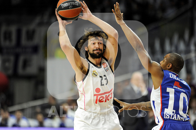 Real Madrid´s Sergio Llull and Anadolu Efes´s Dontaye Draper during 2014-15 Euroleague Basketball Playoffs match between Real Madrid and Anadolu Efes at Palacio de los Deportes stadium in Madrid, Spain. April 15, 2015. (ALTERPHOTOS/Luis Fernandez)