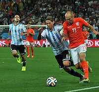 SAO PAULO - BRASIL -09-07-2014. Lucas Biglia (#6) jugador de Argentina (ARG) disputa un balón con Arjen Robben (#11) jugador de Holanda (NED) durante partido de las semifinales por la Copa Mundial de la FIFA Brasil 2014 jugado en el estadio Arena de Sao Paulo./ Lucas Biglia (#6) player of Argentina (ARG) fights the ball with Arjen Robben (#11) player of Netherlands (NED) during the match of the Semifinal for the 2014 FIFA World Cup Brazil played at Arena de Sao Paulo stadium. Photo: VizzorImage / Alfredo Gutiérrez / Contribuidor
