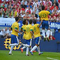 HAMBURGO, ALEMANHA, 26 DE MAIO 2012 - BRASIL X DINAMARCA AMISTOSO INTERNACIONAL -   Hulk (D) jogador do Brasil comemora gol contra a Dinamarca, em amistoso internacional realizado no Imtech Arena, na cidade de Hamburgo, neste sábado, 26. Hulk fez o gol. O jogo é o primeiro de uma série de amistosos que acontecerão antes das Olimpíadas de Londres. (FOTO: STEFAN GROENVELD / BRAZIL PHOTO PRESS).