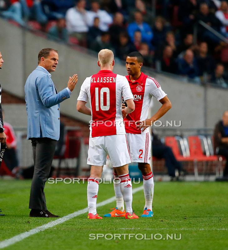 Nederland, Amsterdam, 5 oktober 2014<br /> Eredivisie<br /> Seizoen 2014-2015<br /> Ajax-PEC Zwolle (0-0)<br /> Frank de Boer, trainer-coach in gesprek met Davy Klaassen en Ricardo van Rhijn van Ajax.