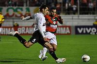SÃO PAULO, SP, 23 DE JUNHO DE 2012 - CAMPEONATO BRASILEIRO - PORTUGUESA x SÃO PAULO: Rosolpho (e) durante partida Portuguesa x São Paulo, válida pela 6ª rodada do Campeonato Brasileiro de 2012 no Estádio do Canindé. FOTO: LEVI BIANCO - BRAZIL PHOTO PRESS