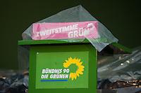"""Berlin, Ein Rednerpult mit der Aufschrift """"Zweitstimme Grün"""" ist am Freitag (20.09.13) bei einer Wahlkampfveranstaltung von Bündnis 90 / Die Grünen mit einer Regenplane angedeckt. Foto: Steffi Loos/CommonLens"""