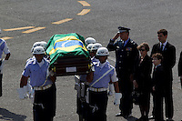 Belo Horizonte_MG, Brasil...Cortejo funebre Jose Alencar. Corpo do ex-vice-presidente Jose Alencar, chega ao aeroporto da Pampulha em Belo Horizonte, Minas Gerais. Alencar morreu dia 29 de marco de 2011, apos uma batalha de 13 anos contra o cancer. Na foto soldados com o caixao, a viuva Monica Bergamo e o seu neto David...Cortege funebre Jose Alencar. Body of former Vice President Jose Alencar, arrives at the Pampulha airport  in Belo Horizonte, Minas Gerais. Alencar died on March 29, 2011, after a 13 years battle with the cancer. In this photo soldiers march to the plane...Foto: MARCUS DESIMONI / NITRO.....