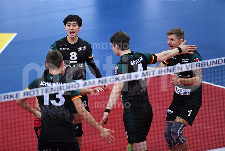 Volleyball 1. Bundesliga  Saison 2017/2018 TV Rottenburg - Volley Bisons Buehl       11.11.2017 Teamkreis Volley Bisons Buehl; Mario Schmidgall, Masahiro Yanagida, YannickGoralik und Magloire Mayaula Nzeza (v.li.)
