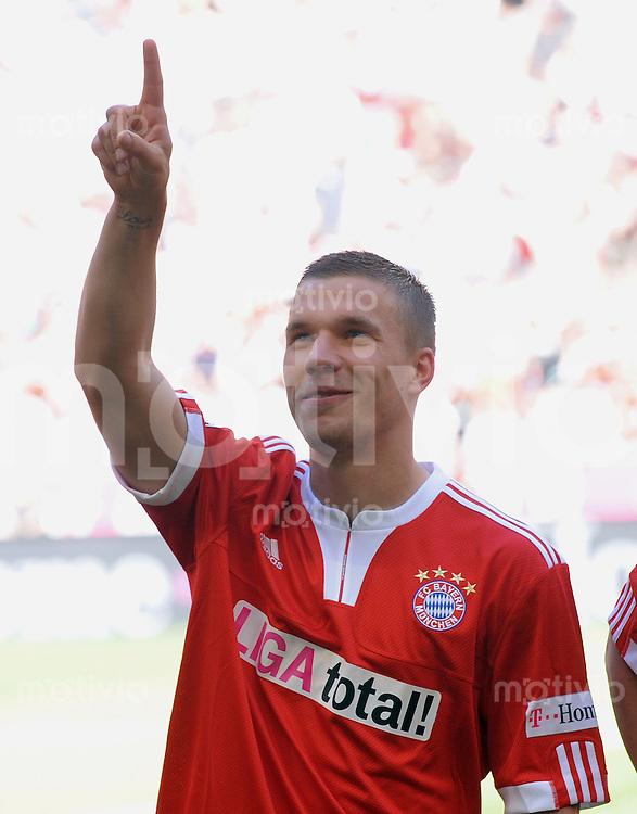 FUSSBALL     1. BUNDESLIGA     SAISON 2008/2009  34. SPIELTAG   23.05.2009 FC Bayern Muenchen - VfB Stuttgart Verabschiedung,  Lukas Podolski (Muenchen)