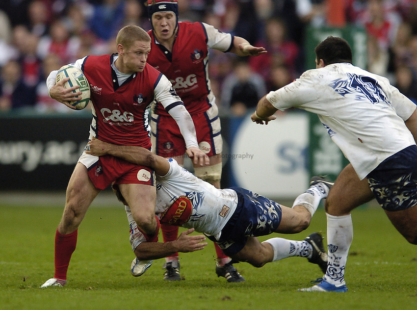 Photo: Jonathan Butler..Gloucester Rugby v Agen. Heineken Cup. 28/10/2006..Iain Balshaw of Gloucester fends off the Agen defence.