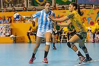 TORONTO, CANADA, 24.07.2015 - PAN-HANDBALL - Amanda Andrade do Brasil e Manuela Pizzo Argentina na final do Handball Feminino no Centro de Exposições de Toronto nesta sexta-feira, 24. (Foto: William Volcov/Brazil Photo Press)