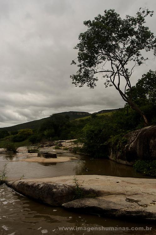 Comunidade Teixeirinha I, município de Itinga região do médio Jequitinhonha, Norte de Minas Gerais. Nessa região é possível encontrar dois tipos de biomas: caatinga e mata atlântica. A ASA Brasil, Articulação no Semiárido Brasileiro, tem implementado em diversas comunidades no Norte de Minas o Programa Uma Terra e Duas Águas (P1+2) e o Programa Um Milhão de Cisternas (P1MC) que tem como objetivo viabilizar a captação e armazenamento de água de chuva nessas comunidades para consumo humano, criação de animais e produção de alimentos. Entre os parceiros para implementação dos projetos tem destaque na região a Cáritas Diocesana de Araçuaí