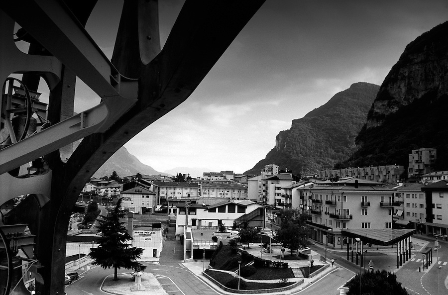 The new town of Longarone. Corruption has always been a matter when it comes to the financing of the riconstruction. Major parts of north-eastern Italy declared themselves as affected areas and businessmen from far away from Vajont managed to benefit economically from the disaster with subsidies and tax reductions. On the contrary many of the survivours got pushed to sign agreements for a minor compensation renouncing to proceed legally. On October 9th 1963 a giant landslide collapses into the artificial lake created by the Vajont Dam in northern Italy, provoking a 250 meters high wave that completely destroys the settlements near the lake and the town of Longarone far down in the valley below the dam. 1910 people lost their lives in a tragedy that easily could have been avoided if it was not for the economical and political interests of powerful men dreaming of the tallest dam in the world. A tragedy that is still alive today in Erto, Casso and Longarone, where the survivers of that disastrous day almost 50 years ago are still fighting for their justice.