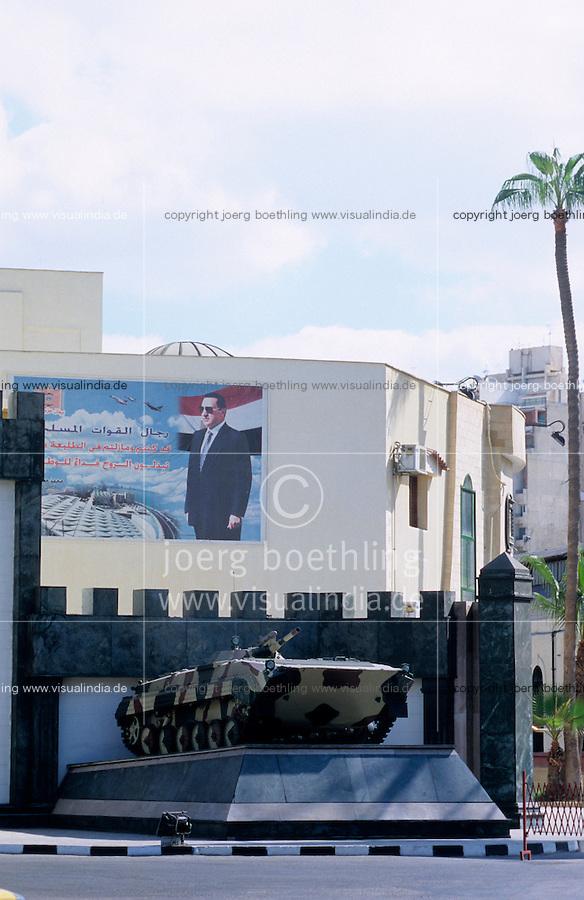 Aegypten Kairo Cairo, Armee Panzer und Bildnis von Hosny Mubarak / EGYPT Cairo, army tank and picture of Hosny Mubarak