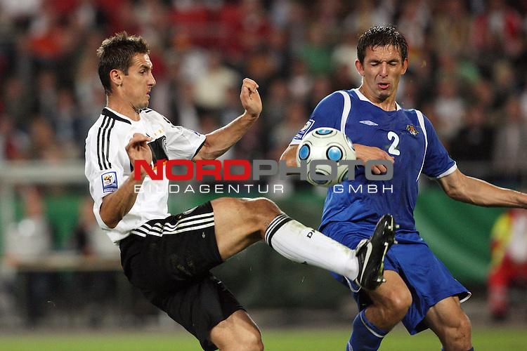 Fussball, L&auml;nderspiel, WM 2010 Qualifikation Gruppe 4 in Hannover 09.09.2009<br /> Deutschland (GER) vs. Aserbaidschan ( AZE )<br /> <br /> Miroslav Klose (#11 Bayern M&cedil;nchen Deutsche Nationalmannschaft) nimmt vor Vladimir Levin (#2 Aserbaidschan) den Ball in der Luft an.<br /> <br /> Foto &copy; nph (  nordphoto  )<br />  *** Local Caption *** <br /> <br /> Fotos sind ohne vorherigen schriftliche Zustimmung ausschliesslich f&cedil;r redaktionelle Publikationszwecke zu verwenden.<br /> Auf Anfrage in hoeherer Qualitaet/Aufloesung