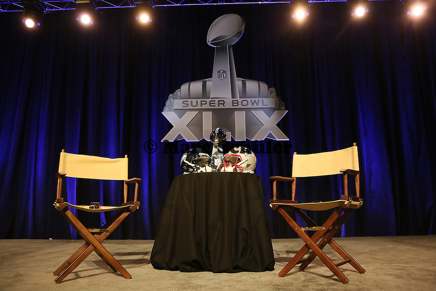 Helme der Seattle Seahawks und New England Patriots mit der Vince Lombardi Trophy - Gemeinsame Team Pressekonferenz Super Bowl XLIX, Convention Center Phoenix