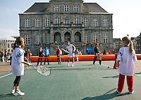 17-9-09, Netherlands,  Maastricht, Tennis, Daviscup Netherlands-France, Straattennis op de markt met Jesse Huta Galung