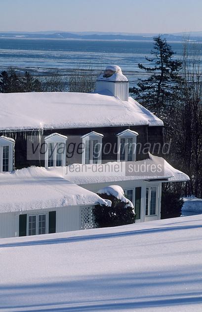 Amérique/Amérique du Nord/Canada/Quebec/Charlevoix : Détail habitat bowwindow avec en fond le Saint-Laurent
