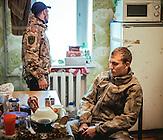 Maksim und Sascha, 22 jährige ukrainische Soldaten in der Küche des Stützpunktes der ukrainischen Armee in der Stadt Awdijiwka. / Maksim and Sascha, 22 years old ukrainian soldiers in the kitchen. They are in the city Awdijiwka.