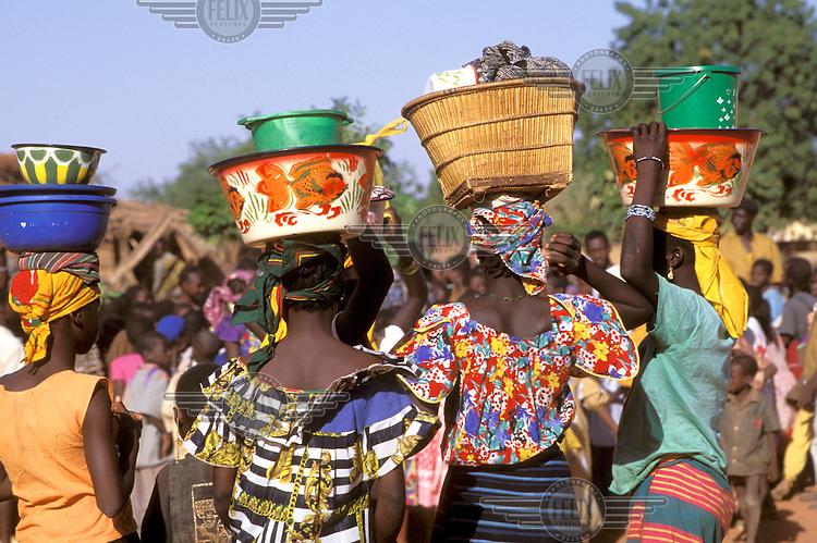 ©Giacomo Pirozzi/Panos Pictures..Mali. Women on their way to the market.