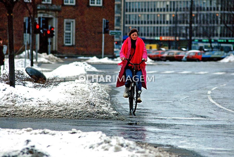 Transporte em bicicleta na cidade de Copenhague. 1985. Foto de Juca Martins.