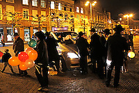 Chanoeka viering op de Grote Markt in Haarlem. Er worden ballonnen uitgedeeld