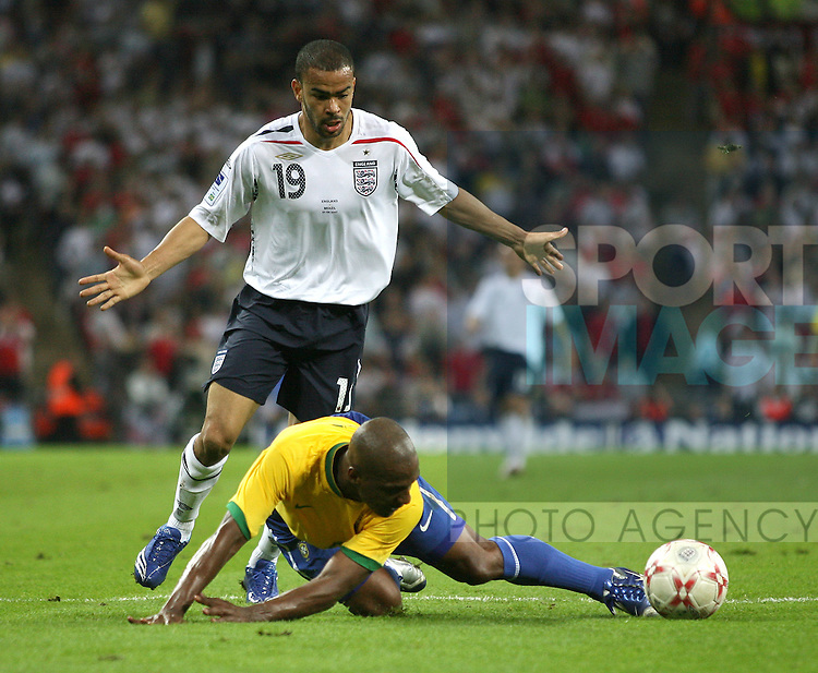 Brazil's Juan and England's Kieron Dyer..International Friendly..England v Brazil..1st June, 2007..--------------------..Sportimage +44 7980659747..admin@sportimage.co.uk..http://www.sportimage.co.uk/