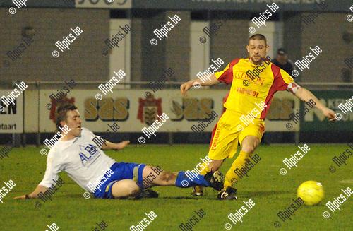 2008-02-09 / Voetbal / K.F.C. De Kempen - F.C. Duffel / De bal wordt weggetikt voor de voeten van Gerd Heylen van Duffel..Foto: Maarten Straetemans (SMB)