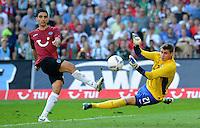 FUSSBALL   1. BUNDESLIGA   SAISON 2011/2012    8. SPIELTAG Hannover 96 - SV Werder Bremen                             02.10.2011 Mohamed ABDELLAOUE (li, Hannover) erzielt das 3:1. Torwart Sebastian MIELITZ (re, Hannover) kommt zu spaet