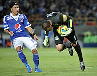 BOGOTA - COLOMBIA -19-10-2013: Dayro Moreno, (Izq.) jugador de Millonarios disputa el balón con Farid Mondragon (Der.) jugador del Deportivo Cali, durante del partido en el estadio Nemesio Camacho El campin de la ciudad de Bogota, octubre 19 de 2013. Milonarios y Deportivo Cali en juego por la fecha 15 de la Liga Postobon II. (Foto: VizzorImage / Luis Ramirez/ Staff.) Dayro Moreno (L) player of Millonarios vies for the ball with Farid Mondragon (R), player of Deportivo Cali during a match at the Nemesio Camacho El Campin Stadium in Bogota city, on October 19, 2013. Millonarios and Deportivo Cali in a game for the fifteenth date of the Postobon Leaguje II. (Photo VizzorImage /Luis Ramirez/ Staff.)