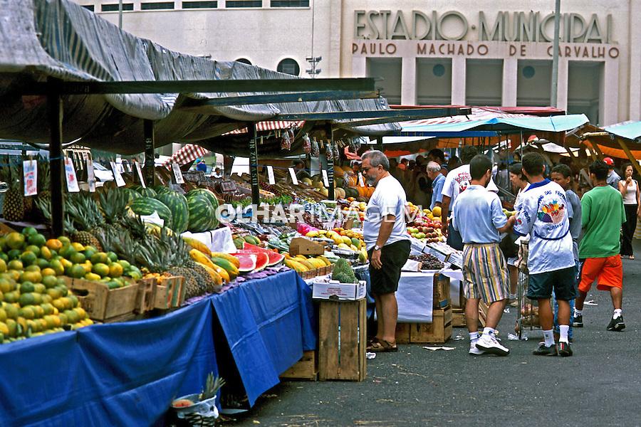 Barraca de frutas em feira no Pacaembú, São Paulo. 2004. Foto de Juca Martins.