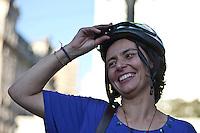 SAO PAULO, 21 DE JULHO DE 2012 -  CAMPANHA SOZINHA FRANCINI - Soninha Francine (PPS) Candidata à Prefeitura de São Paulo participou de um passeio de bicicleta que teve fim na frente da Prefeitura da capital paulista. Na foto Francini conversa com populares e correligionários no centro de Sao Paulo FOTO VAGNER CAMPOS BRAZIL PHOTO PRESS