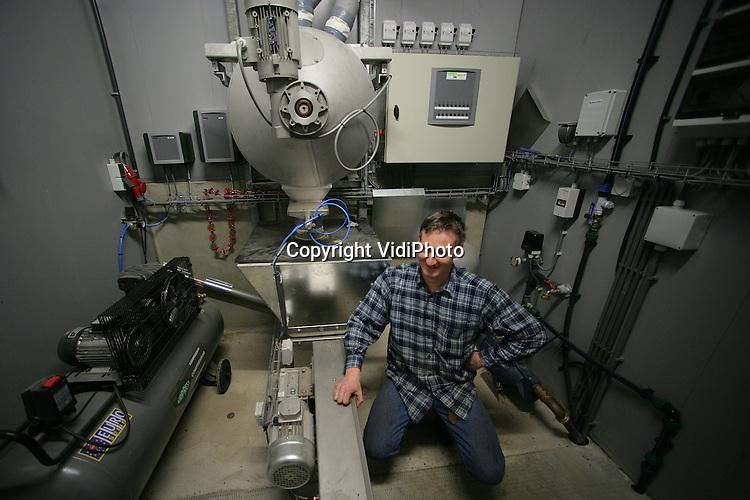 Foto: VidiPhoto..KOOTWIJKERBROEK - Varkenshouder Alwin van Donselaar uit Kootwijkerbroek bij zijn Computergestuurde Droogvoer Installatie (CDI).