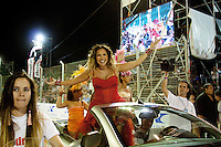 """SAN LUIS, ARGENTINA, 10 DE MARCO 2012 - CARNAVAL DE RIO EM SAN LUIS - A cantora brasileira Daniela Mercury durante apresentacao no Carnaval de Rio em Sao Luis na Argentina, na noite de ontem, sexta-feira, 09. """"Carnaval de Rio en San Luis"""" é um projeto que tem o objetivo de tornar o carnaval parte de um plano de desenvolvimento de San Luis. Os argentinos participam de oficinas para elaboração do material para o evento, oferecendo inclusão social, além de entretenimento. A festa já se tornou uma atração turística e encerra a alta temporada da província. No evento, escolas de samba do grupo especial do Rio de Janeiro desfilam pela passarela do Sambódromo de Potrero de Los Funes. (FOTO: JEENA JAH - BRAZIL PHOTO PRESS)."""
