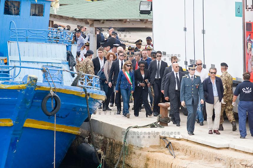 La Ministro Kashetu Kyenge lascia il porto di Lampedusa dopo la sua visita alle vittime del naufragio che è costato la vita a più di 300 persone.