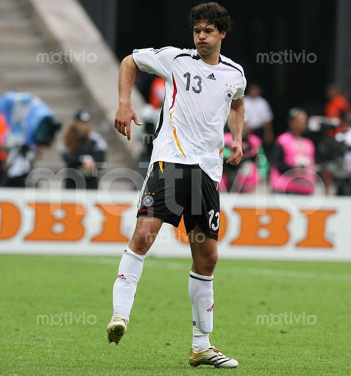 Fussball WM 2006  Viertelfinale   Deutschland 5-3  Argentinien Michael Ballack (GER) mit Kraempfen
