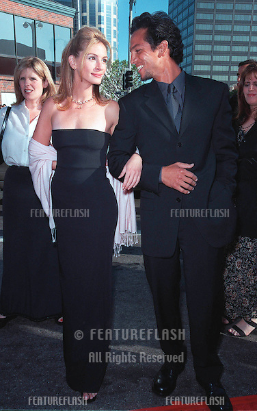 """25JUL99: Actress JULIA ROBERTS & actor boyfriend BENJAMIN BRATT at the Los Angeles premiere of her new movie """"Runaway Bride"""" in which she stars with Richard Gere.  .(Note she has now shaved her armpits!) .    .© Paul Smith / Featureflash"""