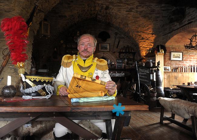 Thomas Leschner (55) vom Battallion Spiegel auf dem Schloss in Wolkenstein (Erzgeb.) . Er und seine Hobbykameraden werden an der großen Gefechtsdarstellung zu 200 Jahre Völkerschlacht in Leipzig teilnehmen.  Foto: Norman Rembarz