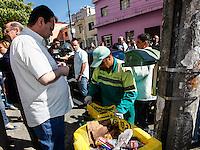 SAO PAULO, SP, 18 DE SETEMBRO 2012 - CAMPANHA DE VACINACAO - Gilberto Kassab prefeito de Sao Paulo conversa com gari apos  a abertura da megacampanha para atualização da carterinha de vacinacao. A ação visa colocar em dia a vacinação de 2,9 milhões de crianças paulistas menores de cinco anos. O objetivo é conferir a caderneta e aplicar as doses em atraso, conforme a faixa etária de cada criança no posto de saude Vicente da Costa no bairro do Ipiranga regiao sudeste da capital paulista. FOTO: VANESSA CARVALHO - BRAZIL PHOTO PRESS.