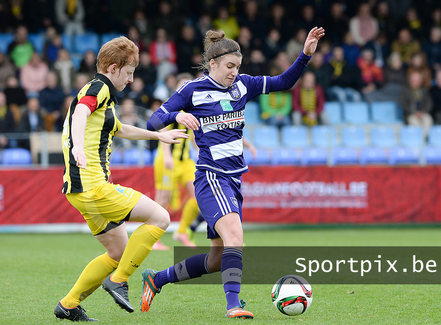 20160417 - WESTERLO , BELGIUM : Anderlecht's Justine Blave pictured in a duel with Lierse's Lien Mermans (left) during the final of Belgian cup 2016 , a soccer women game between SK Lierse Dames and RSC Anderlecht  , in stadion Het Kuipje Westerlo , sunday 17 th April 2016 . PHOTO SPORTPIX.BE / DAVID CATRY